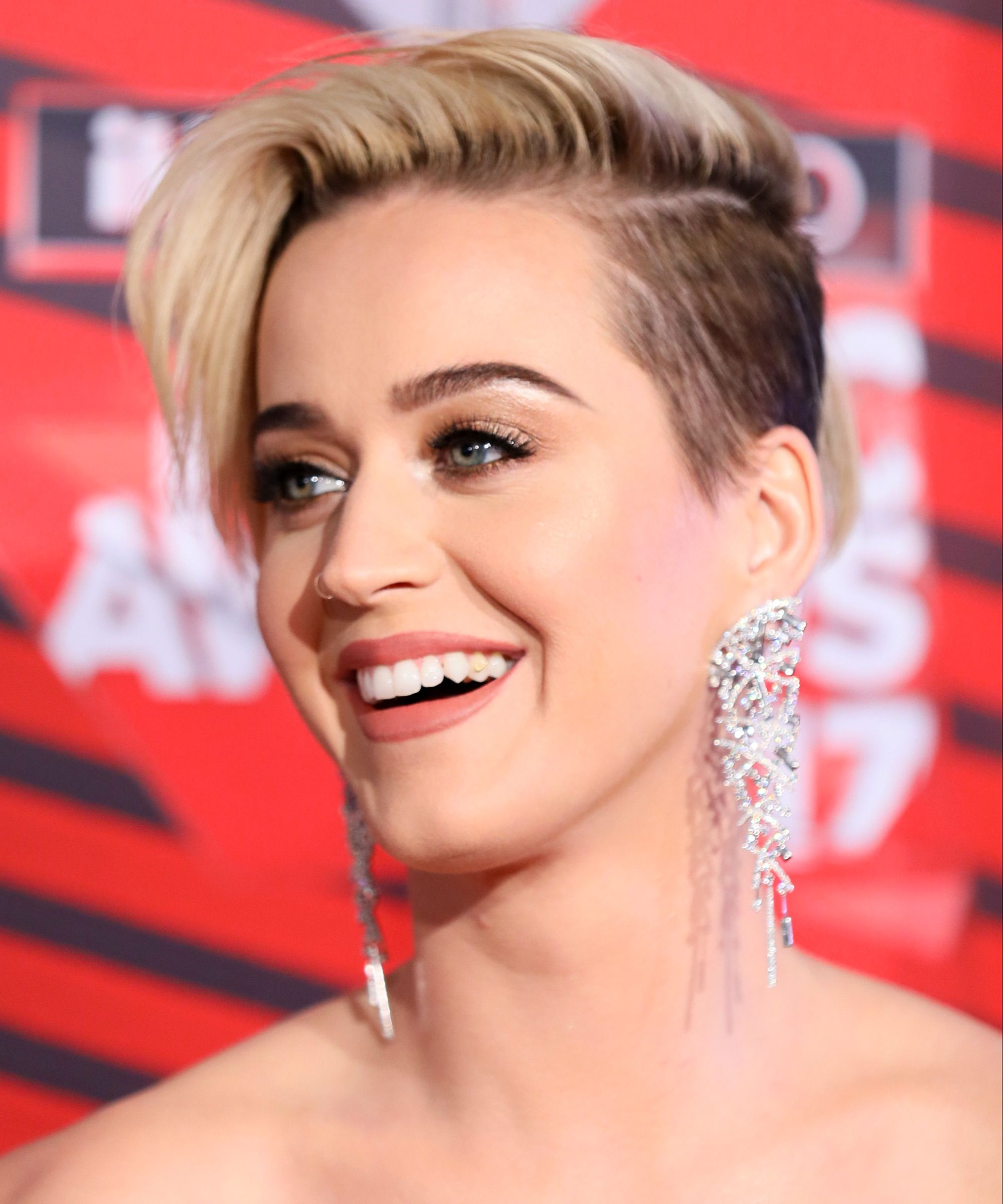 Katy Perry nouvelle blonde pixie coupe de cheveux 2017